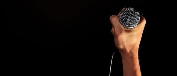CV:t är bara ett papper - strävsamhet ger resultat. Bild på en mikrofon.